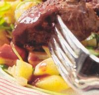 Biefstuk met aardappelblokjes in rucola-roomsaus