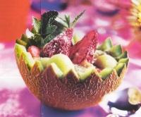 Gevulde meloen met munt en aardbeien