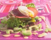 Salade met rookvlees en gepocheerd ei