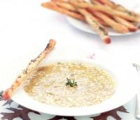 Soep van prei, aardappel en geroosterde knoflook