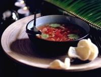 Tomatenbouillon met krab en maïs