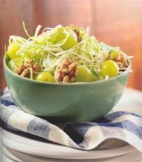 Salade van witte kool met druiven en noten