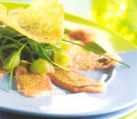 Zalmcarpaccio met salade van rucola en druiven